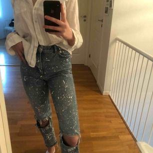 """Sjukt balla jeans med hål på knäna och """"färg stänk"""", använda ett flertal gånger men är i bra skick."""