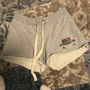 Jätte snygg och sköna mjukis shorts från Lexington! Köpta här på Plick men dem var tyvärr för stora för mig som vanligt vis är XS😢 original pris 795kr ändats testade och hon som hade dem innan hade enbart testat dem också. Obs! Frakt tillkommer på 15kr!