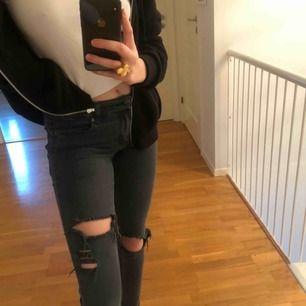 Svarta Cheap monday jeans, använda ett flertal gånger men är i ett najs skick. Mycket stretch och väldigt bekväma med hål på knäna.