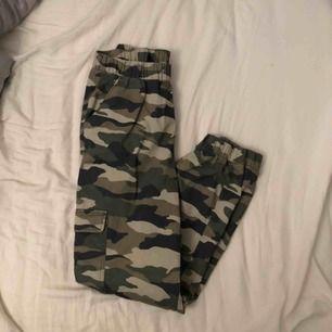 Kamouflage byxor från H&M. Bara använda några gånger så som nya.   85kr + frakt (66kr)