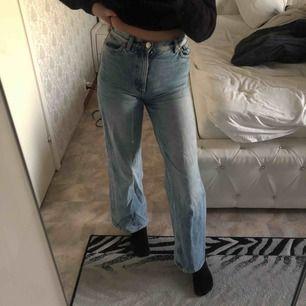 Ett par skit fina wide leg mom jeans från Monki. Dock ser ni att en sån bältesgrej gick lite sönder men skitenkelt att sh tillbaka❣️