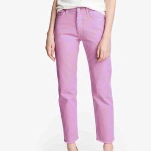 Rosalila byxor från H&M i stl 36, superfint skick!💗 Frakt 65kr. Tyvärr har jag ingen egen självtagen bild hur den sitter på då jag är för stor