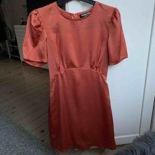 Säljer min fina klänning från Fashion Union. Silkesliknande material i en drömmig modell! Storlek 34, passar XS/34. Använd en gång! Frakt 30 kr.