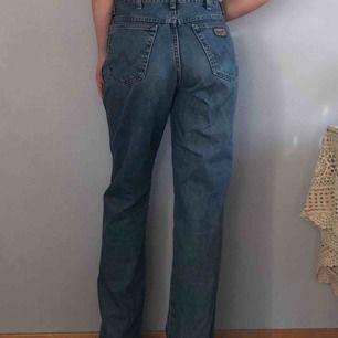 Vintage jeans från Wrangler i mycket fint skick! Jag håller in dem på bilden. Passar W32-W34. +Frakt 60kr🌻