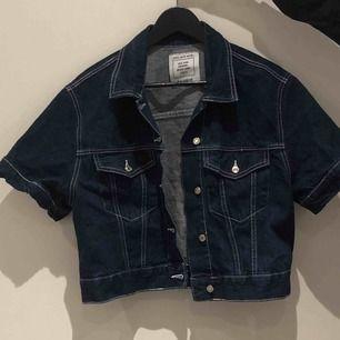 En riktigt nice jeans jacka i t-shirt modell. Jackan är inköpt från Pull&Bear för ca 1 år sen, endast använd ett fåtal gånger. Den är i jättebra skick och passar storlek S-M. Säljer pga att den inte kommit till användning lika ofta som jag hoppades på!