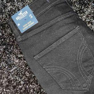 Super snygga tighta svarta jeans. Helt oanvända hollister jeans köpta i Los Angeles. Inte använda på grund av felköp men inget fel på jeansen i sig! ⚡️
