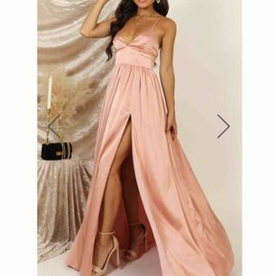 Balklänning/långklänning  Satin klänning i jätte bra kvalitet, helt ny med lappar kvar. Säljer den för den var för stor för mig