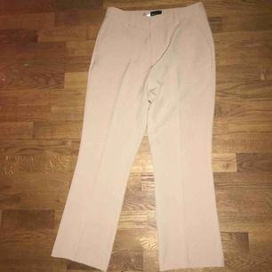 Kostymbyxor från gina tricot Beiga och i rak modell med fickor där bak Nypris 399 kr Säljer för 150
