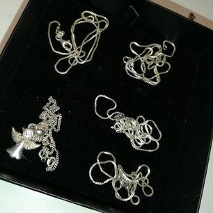 Halsband i olika längder alla har 925 stämpeln. 60 kr/st eller 2 för 100