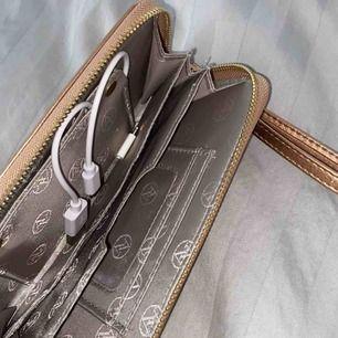 Fick denna i present för några år sedan, en plånbok med powerbank insatt. Super smart och bra att ha med sig i nödlägen. Använder ej längre då jag har en annan powerbank och den bara väntas på att få användning. Kommer från USA och nypris var ca 300kr. ✨