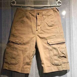 Beiga shorts från Crocker. Jättebra skick. Jättesköna:)  Har 2 fickor fram,  två på sidan och två där bak.🤎🥥🪐