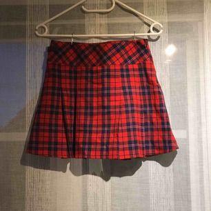 """Röd och blå rutig kjol med dragkedja och med liten """"bältdetalj"""" fint skick:) 🤩👠🥀"""
