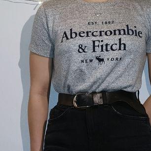 Suuperskön t-shirt från Abercrommbie & Fitch. Stretchig så det skulle definitivt passa en S och säkert en M. Kan mötas sthlm!