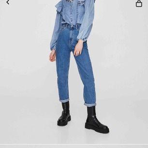 Säljer dessa as snygga mom jeans från pull and bear, ganska bra skick och passar till allting. Säljer pga att dem är för långa på mig som är 150cm typ.