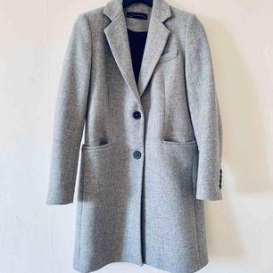 Grå kappa från Zara som enbart har använts en gång. Storlek S. Finns att hämta i Eslöv. Kan också skickas mot fraktkostnad.