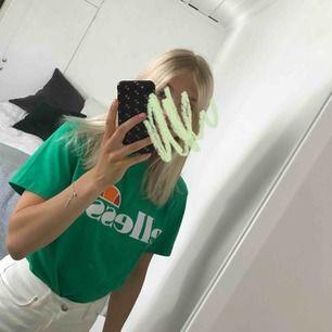 Oversized t-shirt med tryck från Ellesse. Knappt använd, säljes då den inte kommer till användning. Nyskick!!