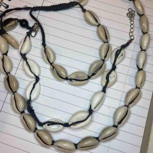 Justerbara snäck-halsband och armband, köpta i rom! Alla 3 för 80kr eller armband för 30kr/st och halsband för 50kr/st