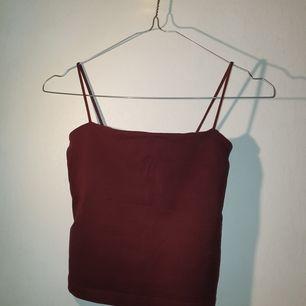 Säljer min ginatricot linne för den har blivit alldeles för liten :/. Den är vinröd, kan mötas sthlm!