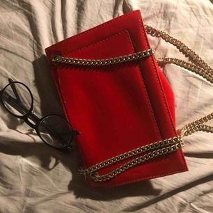 Väskan är glansigt röd med dubbel guldkedja bandet är kort och den är en perfekt axelväska!!✌🏼✌🏼den har ett stort fack med små fickor i för förvaring. 🐒🐒 (Möts upp i Stockholm eller köpare står för all frakt)