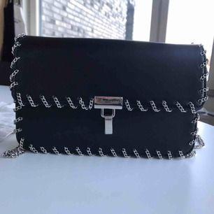 Supersnygg väska ifrån zara med kedje detaljer!! Väldigt sparsamt använd så det finns inga slitage, frakt tillkommer💘
