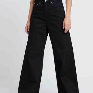 Säjer dess weekday jeans då de är för stora för mig. Storlek 26:30 motsvarar S. Bra i längden för mig som är 161 men skulle även säga att de passar 160-166 då de är en aning långa. Köptes för 550kr, använda 1 gång. Köparen står för frakten (ca 60kr)