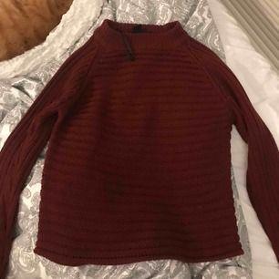 vinröd stickad tröja från Monki. Köpt för längesen och hyfsat använd. Originalpris: 250kr. Kan skicka bilder på passformen om det önskas. Frakten ingår ej 🥰