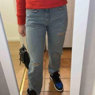 Snygga trendiga raka jeans! Perfekta slitningar. Säljer för att dem inte kommer till användning, där av ny skick! Skriv till mig om ni har några frågor💙 frakten är inräknad!