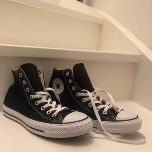 Helt oanvänd svin trendiga svarta Converse! Fick i present av en god vän men säljer pågrund av att dom  tyvärr var förstora:(