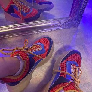 Färgglada chunky sneakers från Monki i strl 36. Använt ca 5 gånger🧡🧡 säljer för 200;-. Kan frakta om köparen står för frakten!