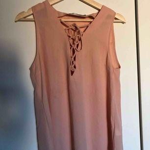 Finare blus med knytning i laxrosa färg/gammalrosa färg