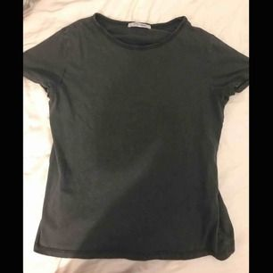 Basic mörkgrå tshirt från Zara. Knappt använd. Originalpris: 150kr. Kan skicka bilder på passformen om det önskas. Frakt ingår ej💕