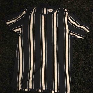 randig, vit, marinblå och svart T-shirt från Zara man. Använd 1 gång. Orginalpris: 200kr. Kan skicka bilder på passformen om det önskas. Frakt ingår ej❤️