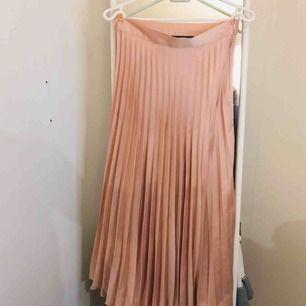 Plisserad kjol från Zara💗 Fin rosa/smutsrosa färg och helt oanvänd!