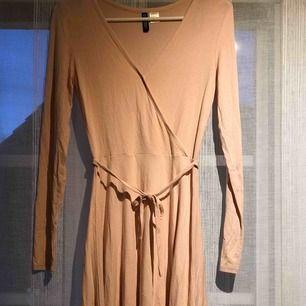 Rosa klänning med knytning. Aldrig använd. 🍡🌷💕