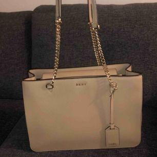 En äkta DKNY väska i jättefint skick. Använd 1/2 ggr.  Strl.34x23
