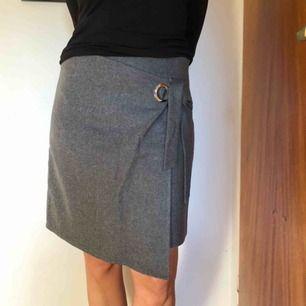 Grå kjol i ull från Twist & tango. Kjolen är helfodrad och mycket skön passform med blixtlås i sidan. Nypris 1000kr. Kjolen är använd en gång och därmed i nyskick!