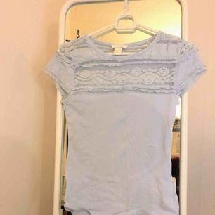 Babyblå T-shirt med spets upptill,så gullig💙 köpt på H&M men inte använd eftersom den sitter lite tajt för min smak