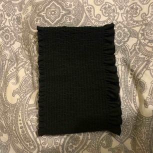 Snygg svart bandåtopp från ginatricot, använd endast på bilden!