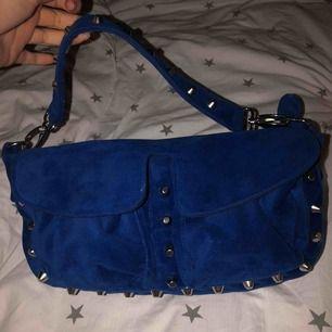 En blå unlimit bag som är sparsamt använd. Inga skador, och går ej att få tag på längre. nypris 1399kr säljer för 400