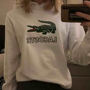 Skit snygg vit hoodie från Lacoste köpt på kidsbrandstore, använd 1 gång Skriv privat för fler bilder