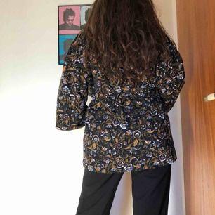 Fodrad Kimono. Endast använd vid ett tillfälle. Nypris 700kr Frakt 50kr