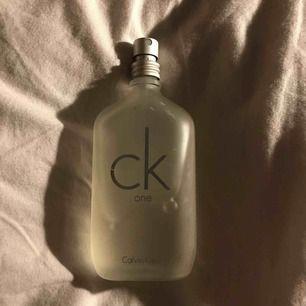 🦋CALVIN KLEIN PERFYM ONE🦋 De är ca 35 ml kvar i flaskan. Nypris- 480 kr mitt pris-150 pga saknar lock är mindre produkt och har ett antal repor på förpackningen :( har två X av denna därför den inte kommer till användning