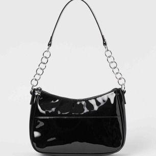 Söker denna lack väska från H&M med silvriga detaljer. Skriv !!