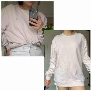 Oversized tjocktröjan från Urban Outfitters i ljusrosa. Går att stoppa ner i byxorna eller om man är lite korta även ha som en typ av klänning. I bra skicka utan några skador! Köparen står för frakt!
