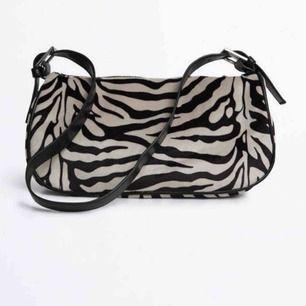(lånade bilder) Söker efter denna väska med zebra mönster !! Skriv !! 🦋