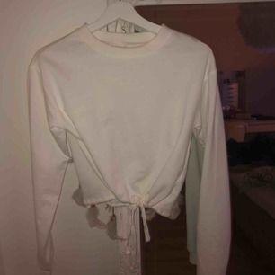 FRAKT INGÅR! Superfin tröja med knytning där nere, använd 1 gång bara!🥰