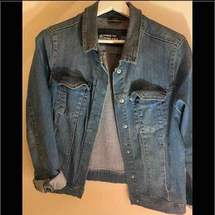 Jeansjacka i fint skick, använt fåtal ggr     Köparen står för frakten , kan ge dig personligen ifall du bor iKatrineholm och Linköping