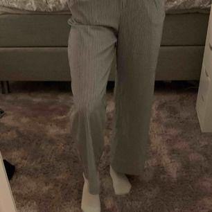 Snygga blå vit randiga kostym byxor från hm