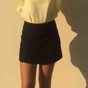 A-linjerad kjol Strl. S Dragkedja där bak (mocha imitation) Tyvärr blivit förliten Köpare står för frakt