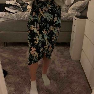 Snygg lång blommig kjol från ginatricot använd endast på bilden!